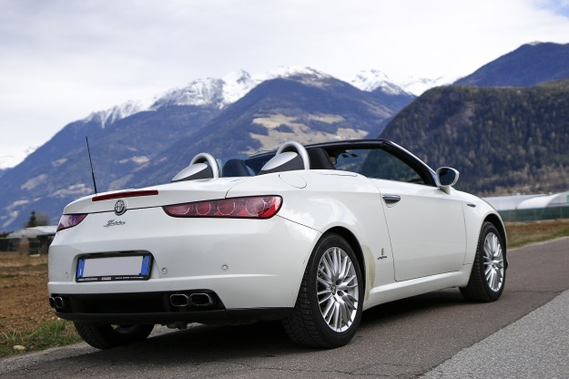 Convertible and mountains. Pixabay.com, used under public domain.